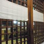 おにぎり金太郎 - 木枠の引き戸