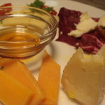 フィレンツェ - 定番のチーズ盛り合わせ、中央のハチミツが良い