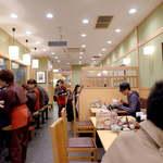 そば茶屋 小諸 - カウンターとテーブル席を完備し、どんな人でも入りやすい店内