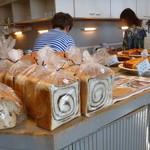 ペーパームーン - 美味しそうなパンも売ってます