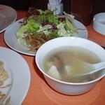 祥瑞楼 - 生野菜とスープ(椎茸・豆腐)
