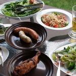 デュッセル - 2013.04 ある日の夕食@自宅テラス。デュッセルのソーセージと生ベーコンに、阿蘇野菜のサラダと自家製バジルとトマトの冷製カッペリーニ。