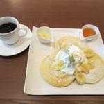 カフェ バニヤン - バナナクリーム パンケーキとコーヒー