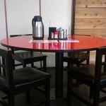 神明 - 4人席の丸テーブル。