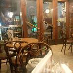 タナカコーヒ - 一階の丸テーブル