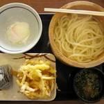 丸亀製麺 - 釜揚げうどん、温玉、野菜かき揚げ、おむすびセット