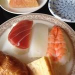鶴カントリー倶楽部レストラン - セットのお寿司とフルーツ