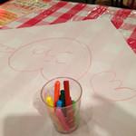 ルージュトマト - テーブルに敷いてる紙が落書きOKになっててクレヨンがあります。最初に店員さんがここに自分の名前を書いて自己紹介してくれました!
