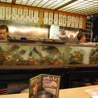 四国三郎 よしの川-カウンター前はお魚がいっぱい☆