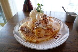 カフェ クグル - キャラメルバナナッツパンケーキ♪