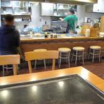 広島お好み焼 ひらの - 福岡市の中心部となると、結構オトナ系鉄板&お好み焼き屋さんが多いですが、 こちらはいかにも広島のマチナカにあるようなこじんまりしたお好み焼き専門店です。