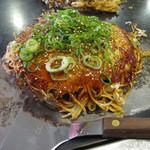 広島お好み焼 ひらの - 広島お好み焼きの基本とも言える、肉玉そば600円。