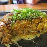 広島お好み焼 ひらの - 肉玉そばライス。炒め焼きした白ご飯を入れることによって、 違う食感が混ざって美味しいですね。