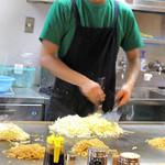 広島お好み焼 ひらの - 広島お好み焼きは工程が細かくて見ていて面白いです。
