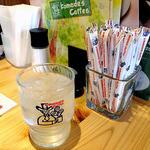 コメダ珈琲店 - 卓上に常備された調味料類