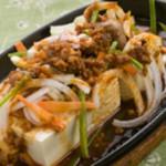 さとの家 - アツアツを鉄板で『特製マーボー豆腐』 鉄板に焼いた豆腐をどーんとのせて。上からマーボーあんをたっぷりとかけた、さとの家のオリジナルです。 840円