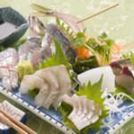 さとの家 - その日に仕入れた新鮮な魚介や、地元の魚を使った料理が抜群に美味しいお店。豪快な『刺盛り』はお酒もすすみます。中でも『かつおの土佐造り』はオリジナルの薄作りで、これを食べに足を運ぶ人もいるのだとか。