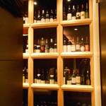 ワイン酒蔵 瀧沢 - 店内奥にはワインセラー 販売もしています
