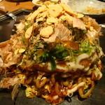 お好み焼 鉄板焼 ごっつい錦糸町 - ごっついモダン焼(トッピング:ガーリック・チップ)