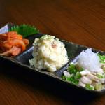 炭火焼鳥 西家 - 前菜3種盛り合わせ(キムチ・ポテトサラダ・とり皮ポン酢など)