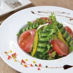 琉球居酒屋 南久宝寺 - 島胡椒ドレッシングで食べる畑のグリーンサラダ
