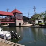 uchikawa六角堂 - 近くを流れる内川~映画のロケにも使われる数々の橋(写真は東橋)