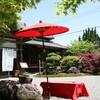 しんとみ茶屋 まどころ - 外観写真:野点傘と玄関
