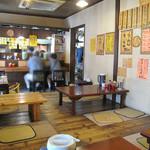 みゆき屋ラーメン - カウンターは4~5席分で、4卓分の小上がりがあります。       家庭的な居酒屋さんのような雰囲気。