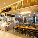 マンゴツリーキッチン カオマンガイ - タイの屋台のようなカジュアルな店内