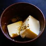 滝の家 - 湯豆腐をすくってみました。