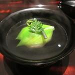 日本料理 晴山 - 毛蟹の真薯にうるいとわらびをあしらったもの