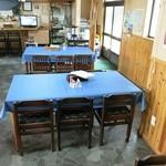 別品屋 - 入口を入って左のテーブル席奥より