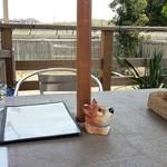 カームカフェ - テラスのテーブル