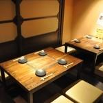 地鶏料理専門店 無玄 - 黒を基調としたシックな雰囲気の店内は、モダンな大人の美食空間。