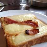 らい - チーズトースト。ベーコンのせ。パンはペリカン