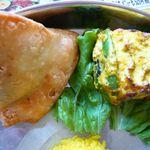 ほんとのインド料理とカレーの店 - サモサ(左)とパニールティカ(右)