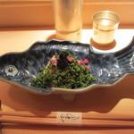 18725630 - 鯛の昆布締めに鯛の子をまぶし、花山椒としその花