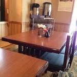 かつ平 - テーブル席は四名がけが二席
