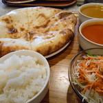 タージマハル - チーズ入りナン付きカレー