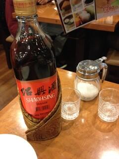 横浜大飯店 - 赤ラベル。ん〜普通…
