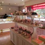 モンプチクール - 店内中央部には「焼き菓子」のコーナーも・・・。