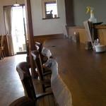 18735273 - カウンターの後ろにテーブル席有り