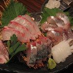 吟吟 - 料理写真:鮮度抜群の地魚のお刺身は、岩塩をすってお召し上がりください。