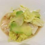 中華 本田 - ぶ厚いホタテと浅漬けザーサイと白菜の炒め。浅漬けのザーサイが美味。