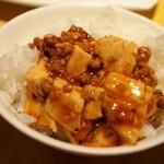 黄老 - 麻婆豆腐をご飯に乗せて食べる