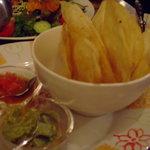 ピンク・カウ - ワカモレとチップス(トルティヤを低温で揚げた感じ)
