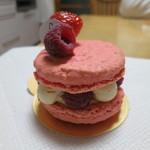 Patisserie SOIR - ローズ風味マカロンのケーキ(横から)