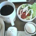 1876560 - Mサイズのホットコーヒー、サラダ、ゆで卵です。