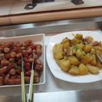 クローネ - ソーセージ  じゃが芋とベーコンの甘辛煮