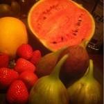 18763270 - カウンターテーブルに、たくさんのフルーツが!